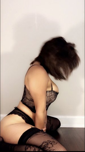 Emilyne erotic massage in Rosamond